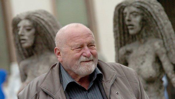 Olbram Zoubek je na archivním snímku z doby, kdy vystavoval své sochy na pražském Ovocném trhu.