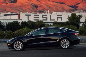 První Model 3 dostal Musk k narozeninám. Akcie Tesly zastavily propad a opět rostou