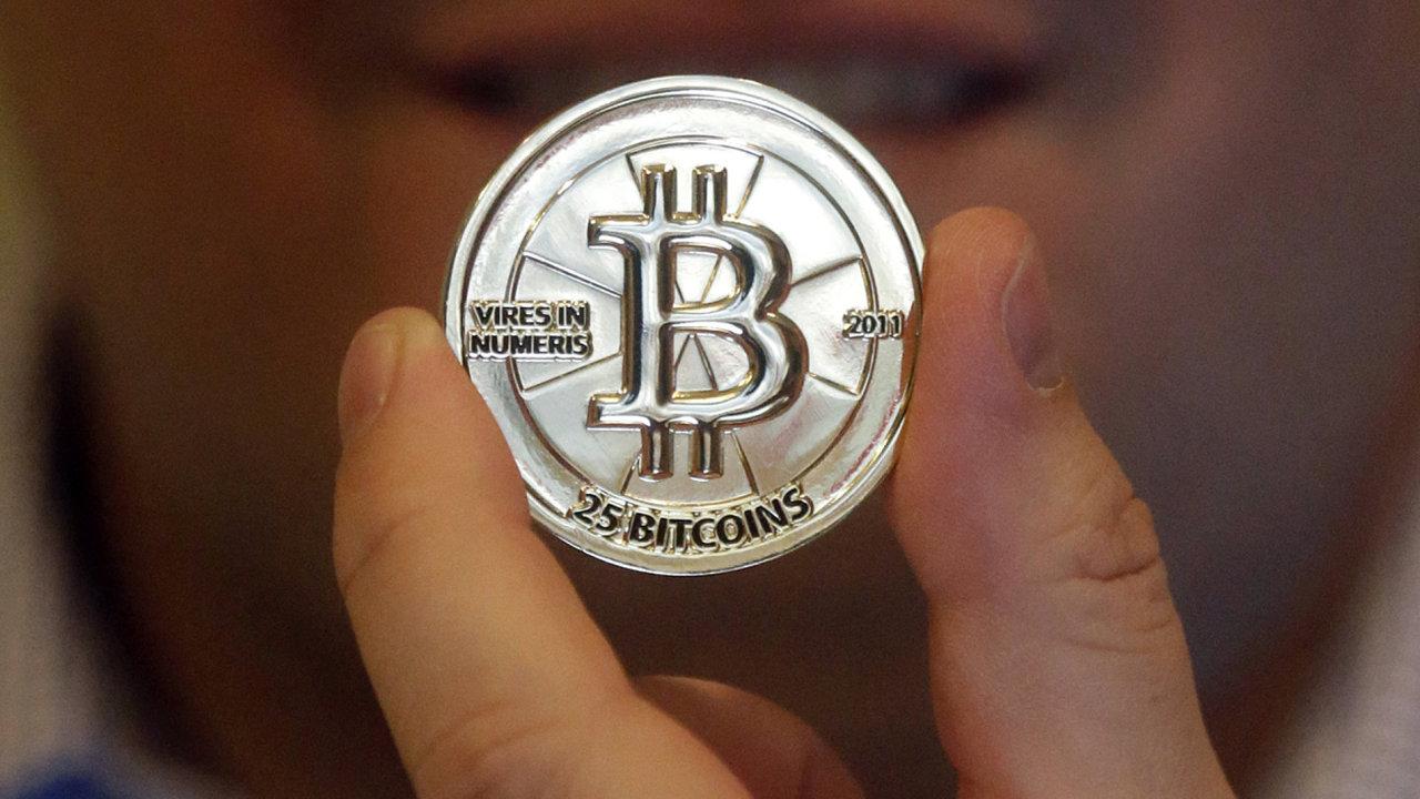 Kybernetická měna bitcoin v podobě mince.
