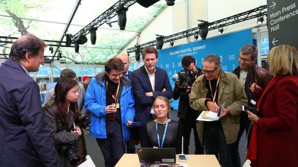 Šéfka organizace e-Estonia Anna Piperalová ukazuje novinářům fungování estonské státní správy na internetu.