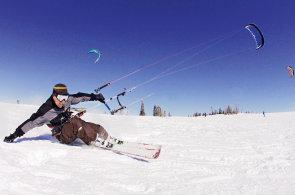 S drakem na hory: Průměrně nadaného člověka rozjezdíme za jeden den, říkají snowkiteři