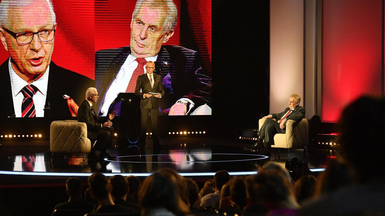 Prezidentští kandidáti Miloš Zeman a Jiří Drahoš se setkali 23. ledna v Praze na první televizní debatě před druhým kolem prezidentských voleb. Uprostřed je moderátor Karel Voříšek.