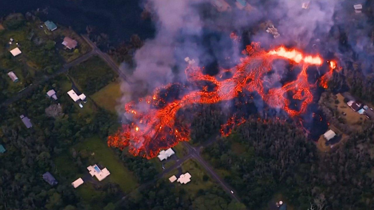 Nelítostná láva protéká havajským rájem. Erupce sopky donutila k evakuaci téměř 2000 lidí.