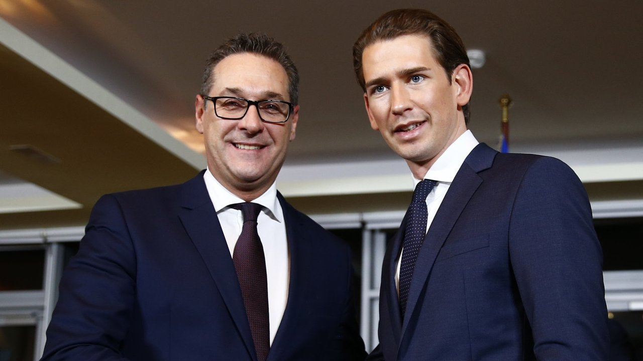 Head of the FPO Strache and head of the OeVP Kurz shake hands after a news conference in Vienna rakousko Kurz Vídeň