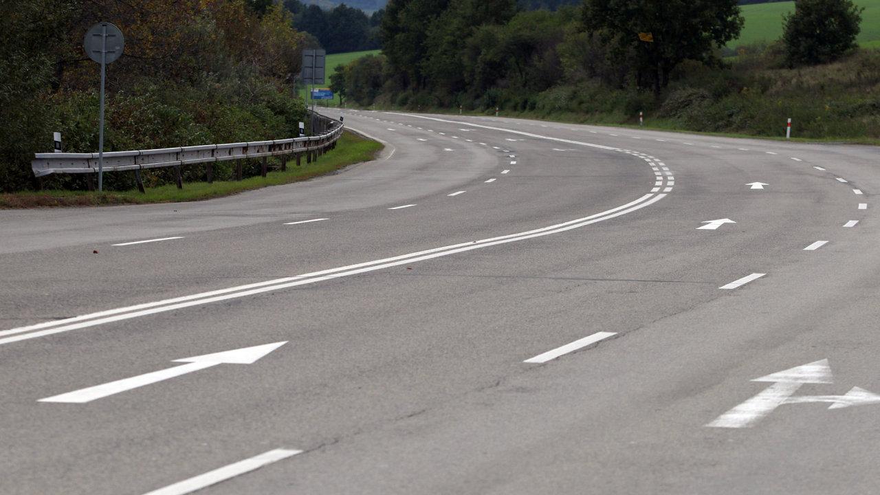 Čtyřproudá silnice třetí třídy do Slušovic.