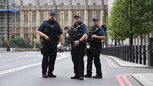 Auto narazilo do bezpečnostních bariér u parlamentu v Londýně, tři lidé jsou zranění. Podle policie jde o terorismus