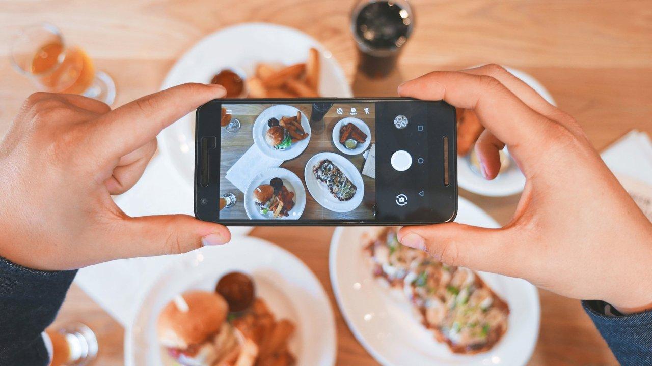 Lidé milují fotit svá jídla. Tyto fotografie jim mohou dopomoci k radám o zdravějším stravování.