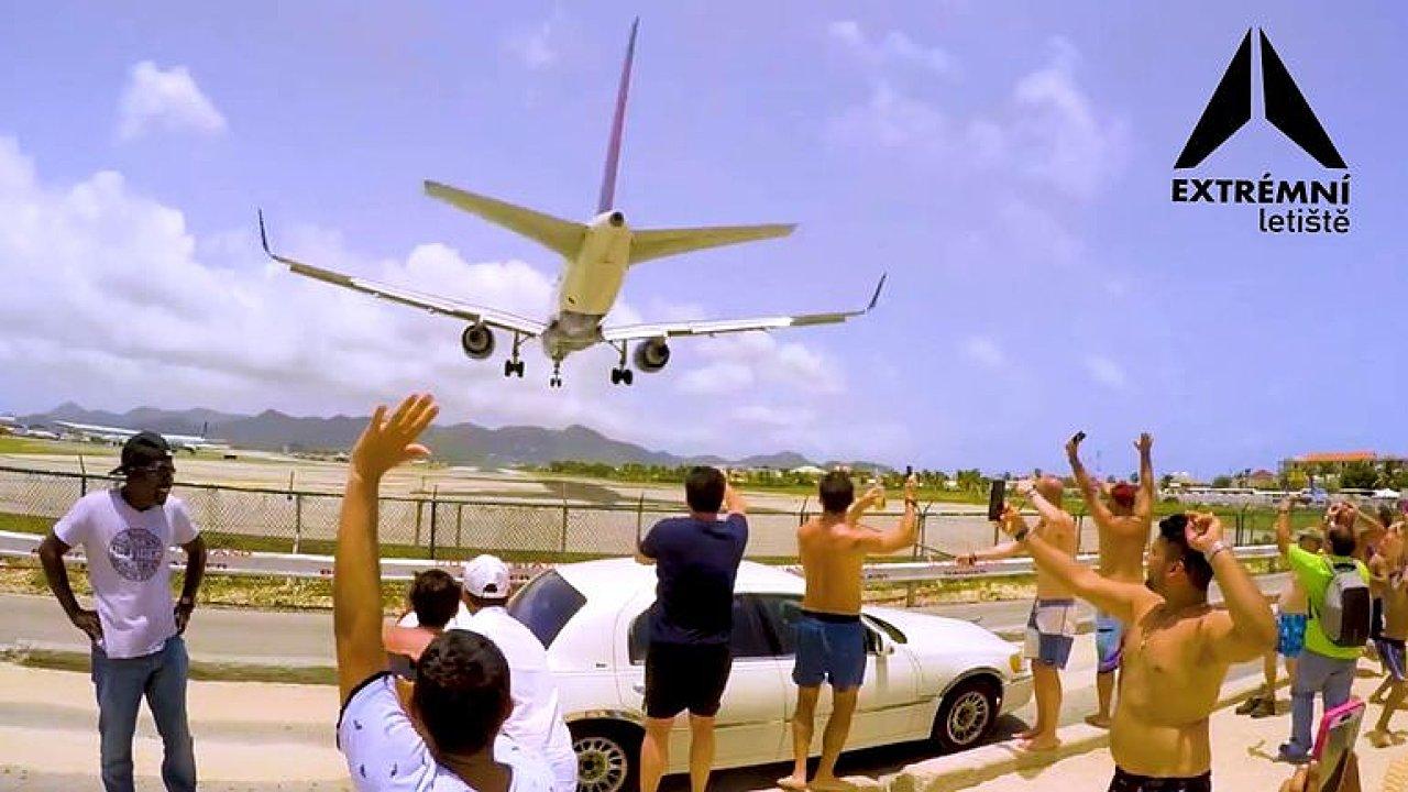 Dechberoucí podívaná, odfouknutí turisté. Extrémní letiště v Karibiku láká davy.