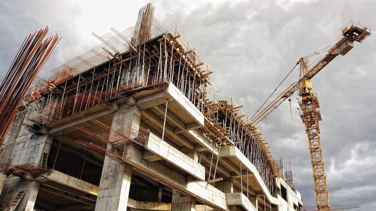 Jako příčiny výrazného zdražování bytů analytici uvádějí pomalé povolování staveb, rostoucí ceny pozemků, stavebních prací a materiálů. Dále zmiňují vysoké daňové zatížení - Ilustrační foto.