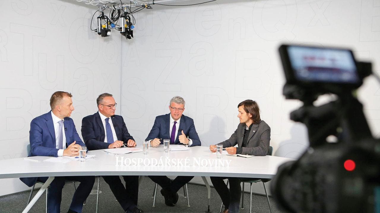 Ukulatého stolu se sešli Pavel Cyrani, Luboš Vlček aKarel Havlíček. Setkání moderoval redaktor HN AdamVáchal.
