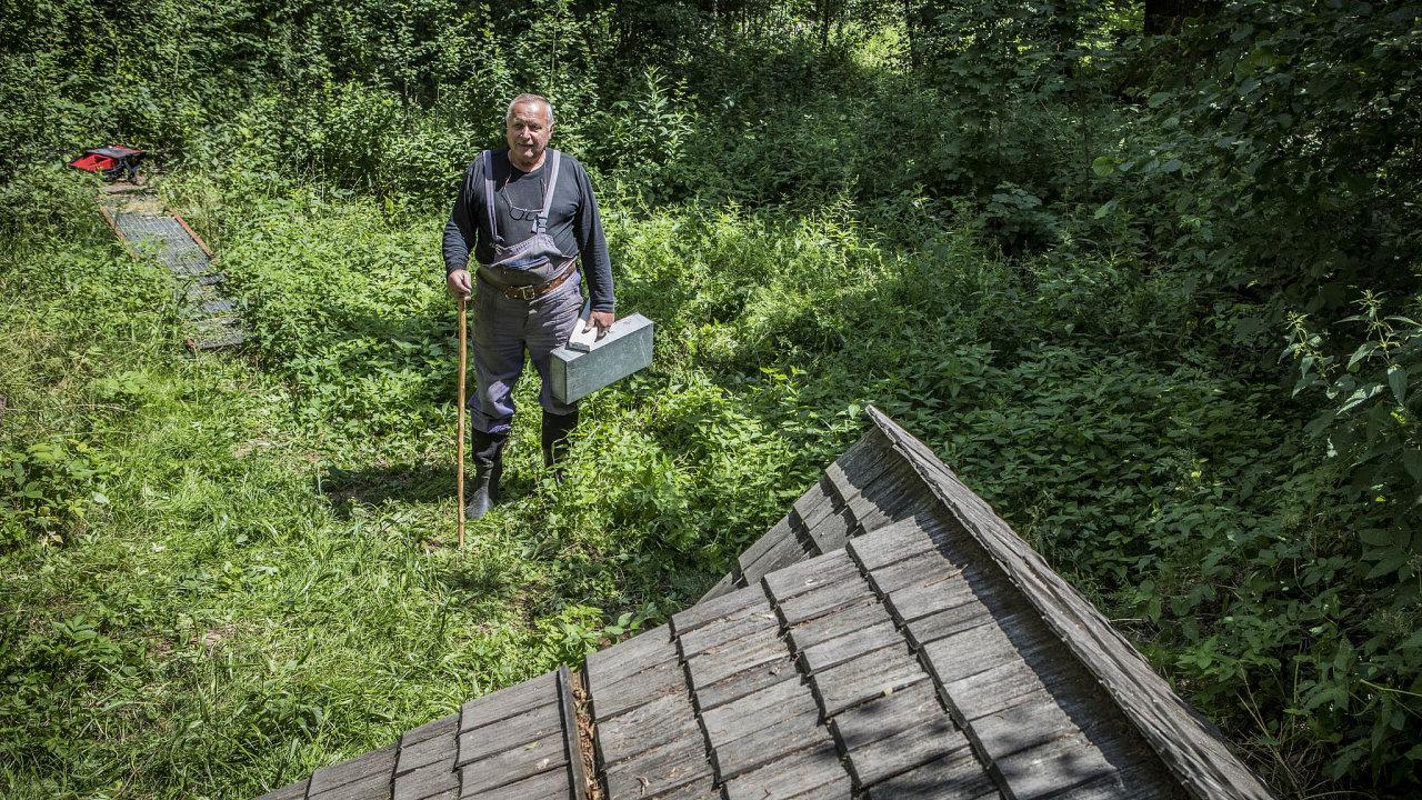 Jindřich Bauer žije vevsi Želechy uLomnice nad Popelkou. Spolupráci shydrology zdědil posvém dědečkovi.