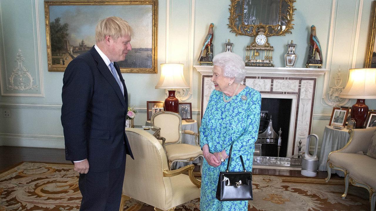 Konstituční monarchie: Borise Johnsona včera vedením vlády pověřila královna Alžběta II. Theresa Mayová podala demisi krátce předtím, než panovnice přijala nového ministerského předsedu.