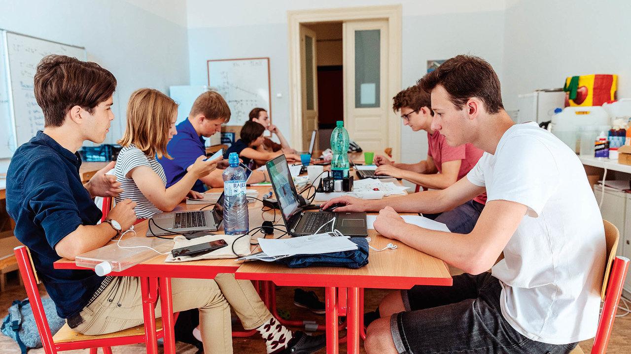 """Práce v kolektivu je hlavní """"devíza"""" Přírodní školy v pražských Holešovicích."""