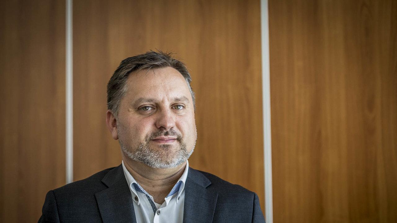Zaměstnavatelé se obávají, že lidé začnou neschopenku využívat jako další formu volna, říká Jan Rafaj, viceprezident Svazu průmyslu adopravy ČR.