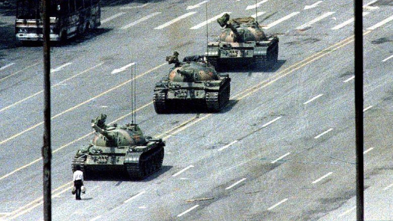 Zemřel autor snímku, který se stal symbolem prodemokratických protestů na pekingském náměstí Tchien-an-men z roku 1989.