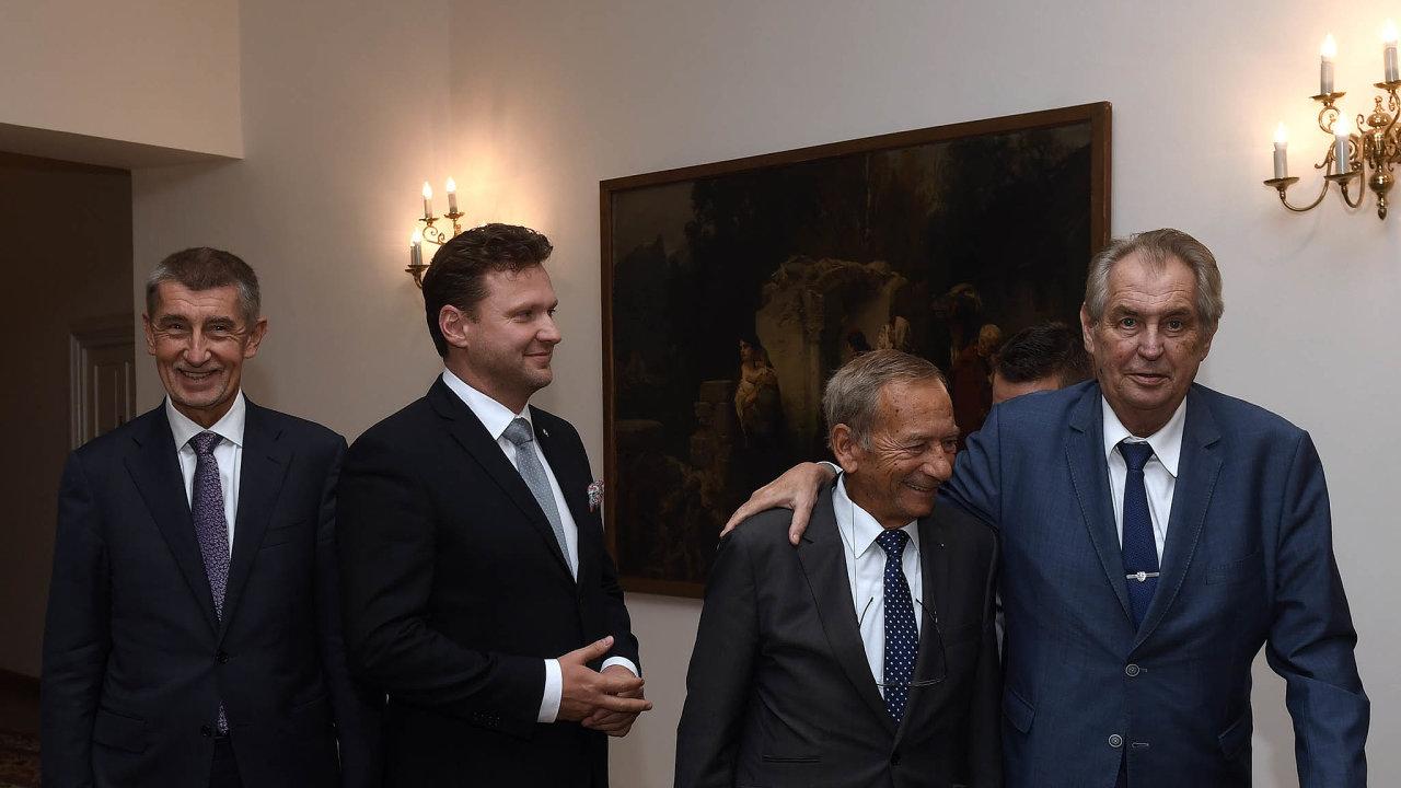 Zleva premiér Andrej Babiš (ANO), předseda sněmovny Radek Vondráček (ANO), předseda Senátu Jaroslav Kubera (ODS) a prezident Miloš Zeman před jednáním o české zahraniční politice.
