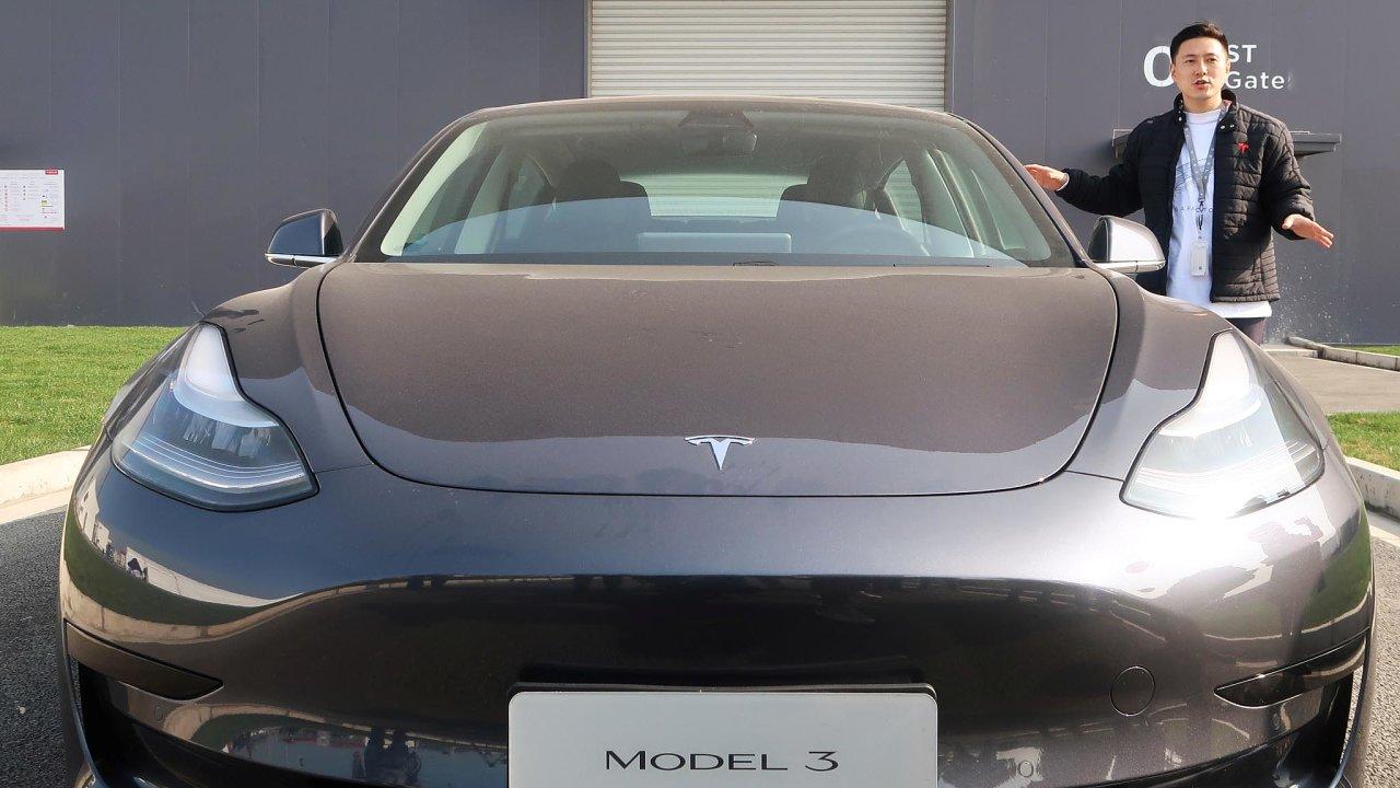 Značka Tesla zahájila výrobu a prodej svých vozů v Číně.