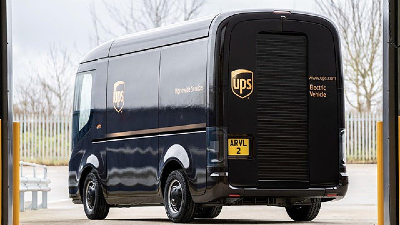 Elektrická dodávka Arrival v barvách UPS.