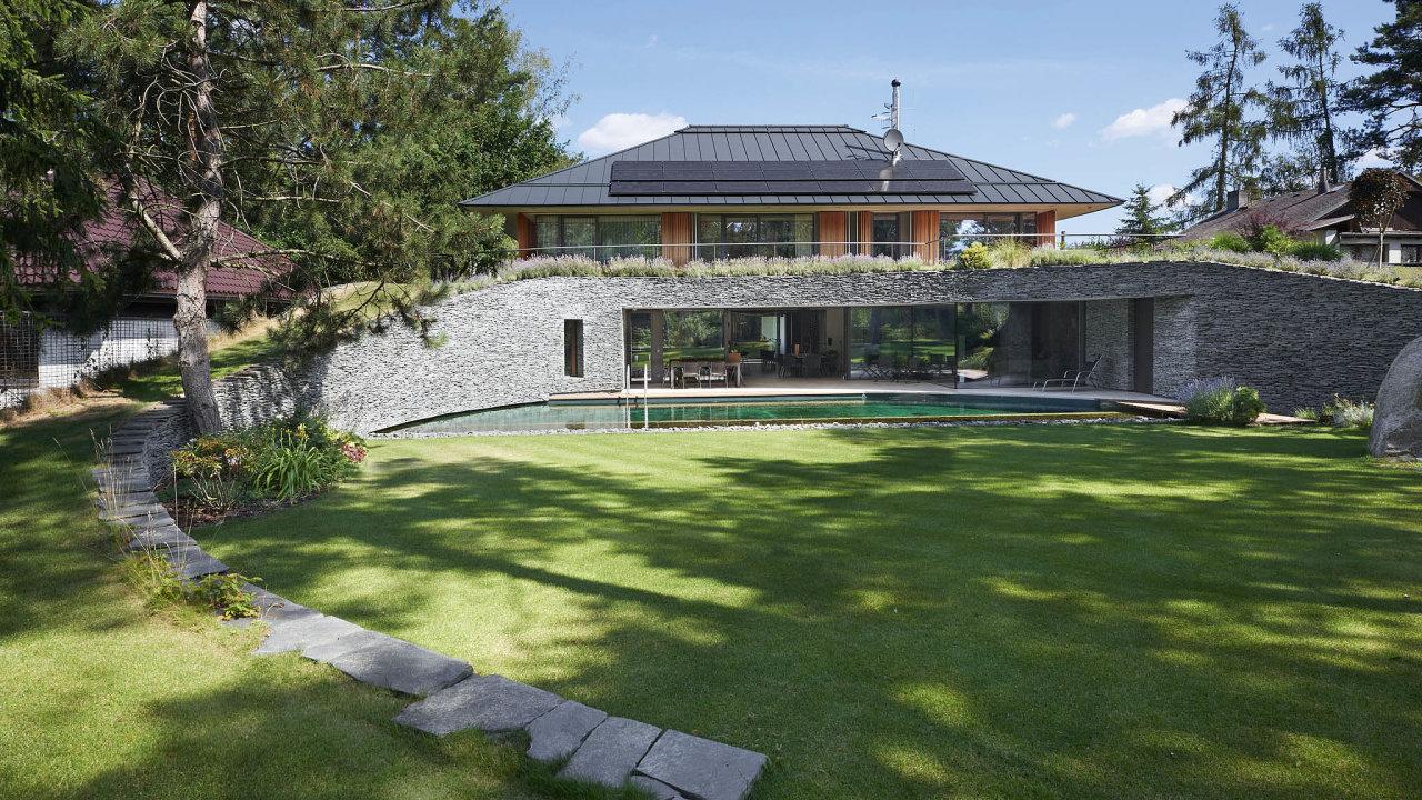 Architektura domu dokazuje, že modernistický princip propojení vnitřního avenkovního prostoru lze pořád rozvíjet.