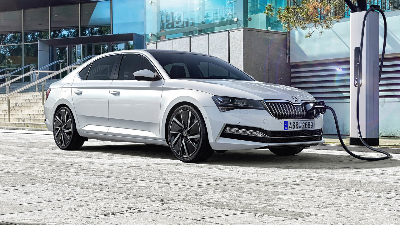 Hybridy dozásuvky se objevují už iudostupnějších značek automobilů. Škoda má vnabídce hned dva modely - Octavii a Superb. Oba jsou oblíbené včeských firemních flotilách.