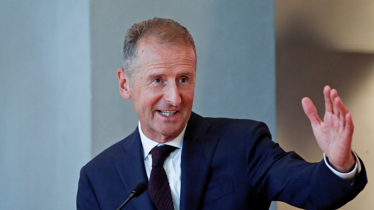 Šéf koncernu VW Herbert Diess akcionáře ujistil, že společnost letos skončí vmírném zisku apůvodní investice doelektromobility budou zachovány.