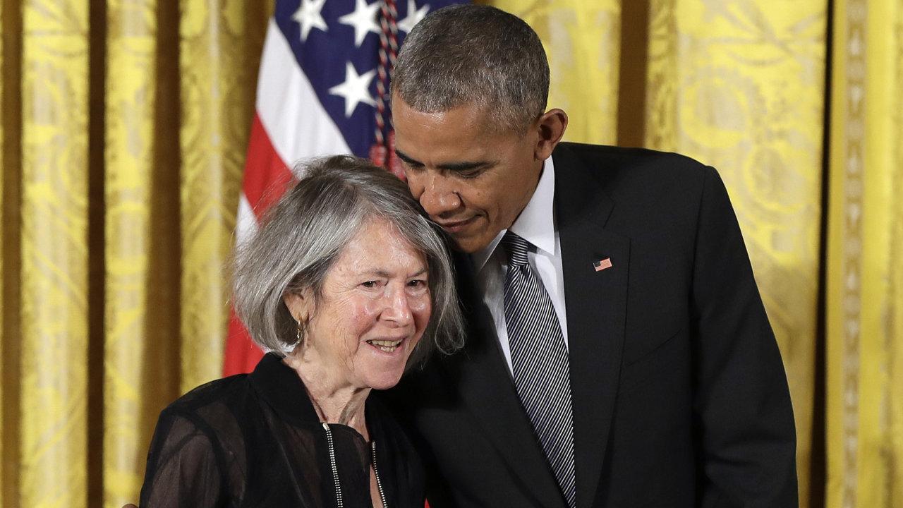 Bývalý americký prezident Barack Obama předal v roce 2015 Louise Glückové národní medaili.