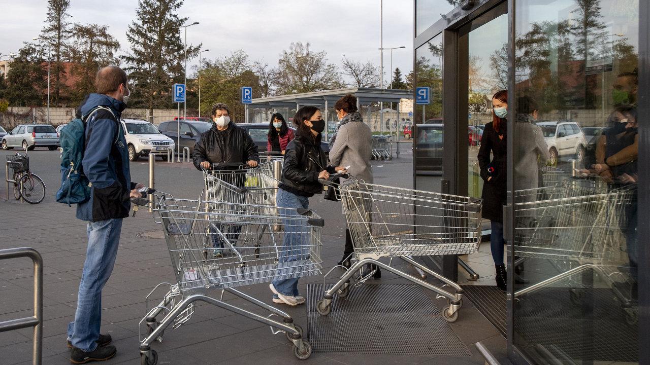 Fronta před obchodem v Hradci Králové, koronavirus, roušky