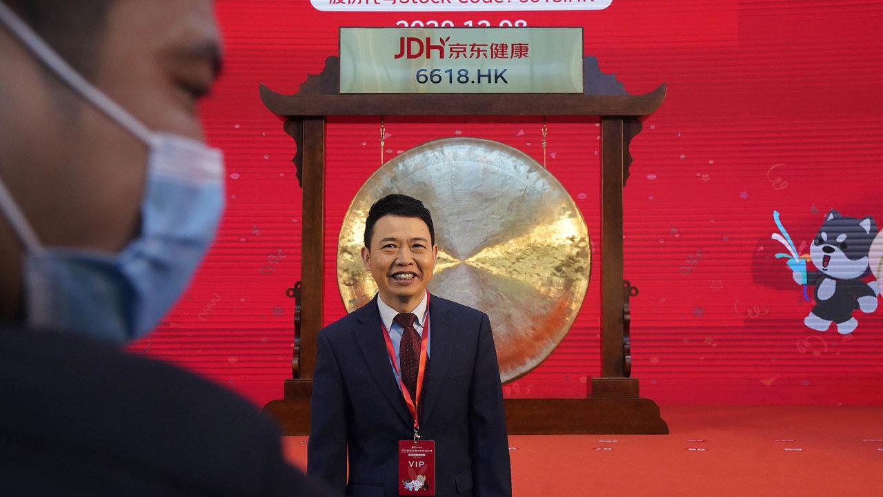 Šéf JD Health Sin Li-ťün poslavnostním úderu nagong, kterým odstartoval obchodování firmy na burze v Hongkongu.