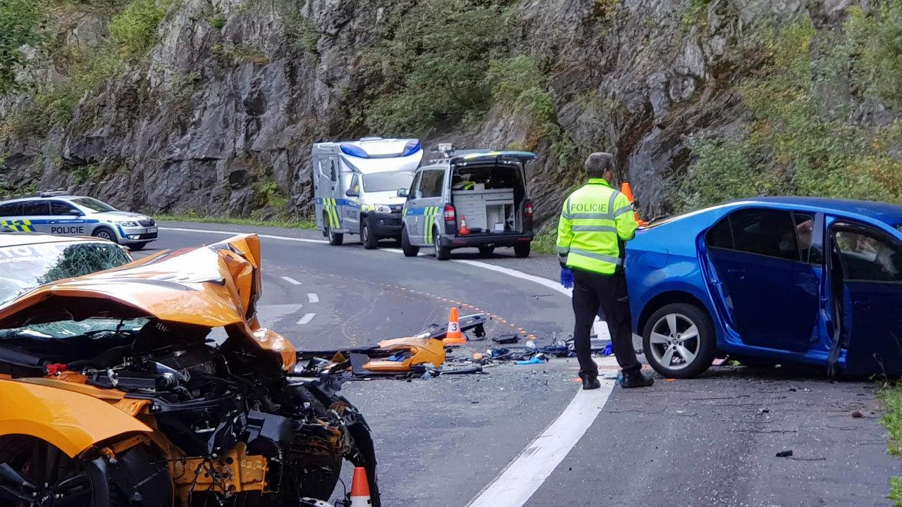 Bezohlednost, která zabíjela. Vrak modrého Rapidu generála Milana Jakubů krátce poté, co do něj při hazardním předjíždění vrazil oranžový Ford Mustang řízený Vojtěchem Chaurou.