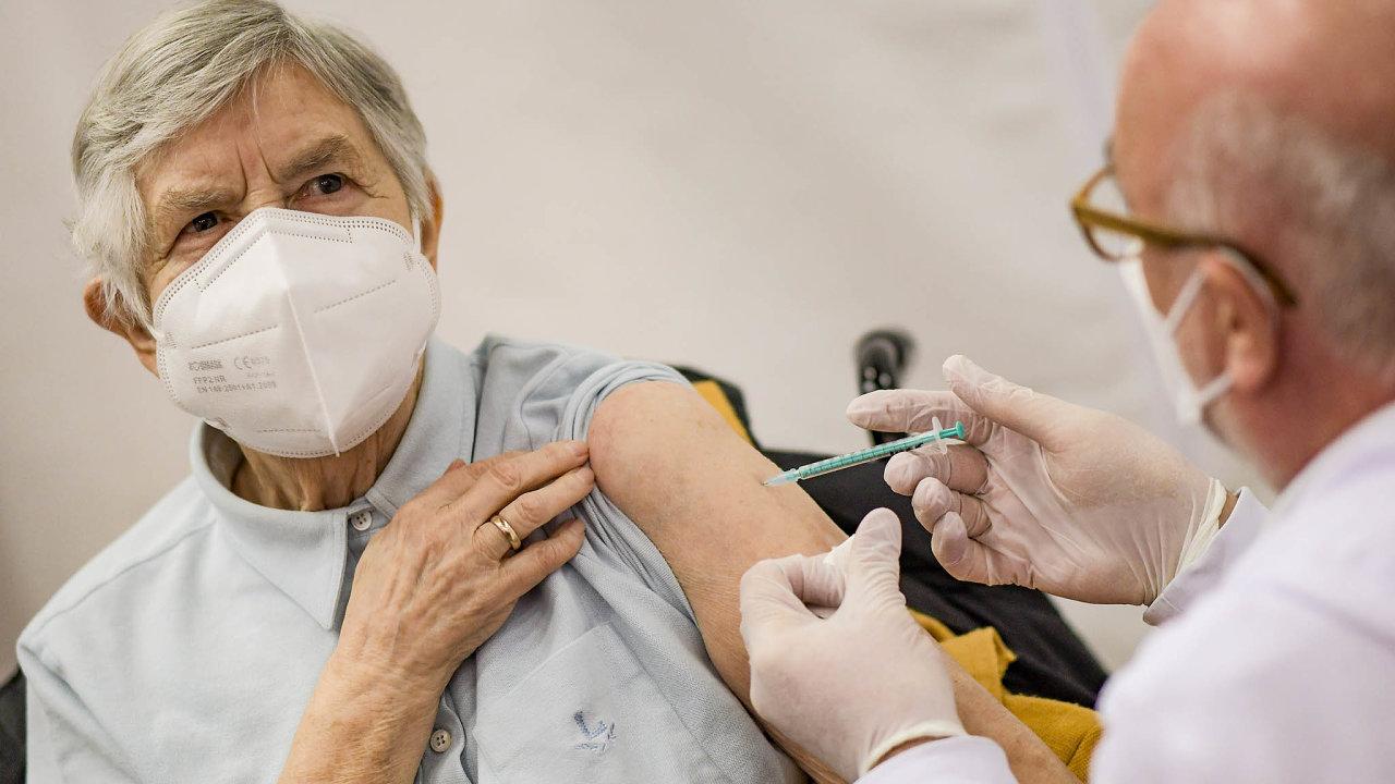 Očkování seniorůnad 80let začalo. Doprovázely ho zmatky při rezervaci termínů.