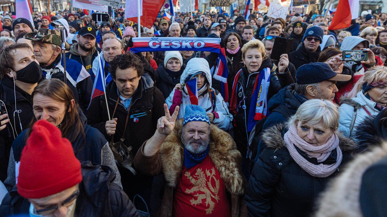"""NaVáclavském náměstí vPraze demonstrovaly vneděli stovky lidí proti vládním opatřením proti šíření koronaviru. Účastníci akce """"Jsme lidi, nás nevypnete"""" zaplnili celou horní část náměstí."""