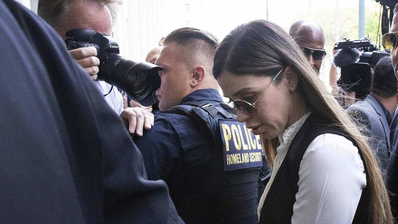 Emma Coronelová je mimo jiné podezřelá z toho, že manželovi, mafiánskému bossovi, pomohla utéct z vězení.