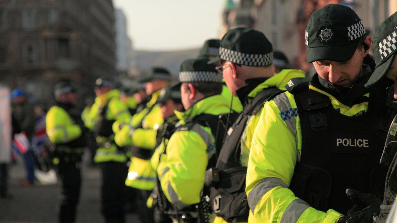 Policie dohlíží na demonstraci britských loajalistů v severoirském Belfastu v roce 2013.