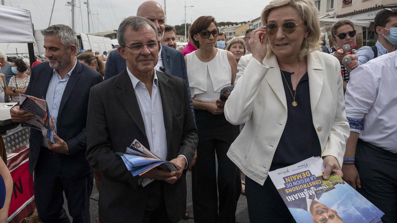 Marine Le Penová a její Národní sdružení mohou ovládnout první region. Do boje o jih Francie vyslala bývalého člena Republikánů Thierryho Marianiho (vlevo v popředí).