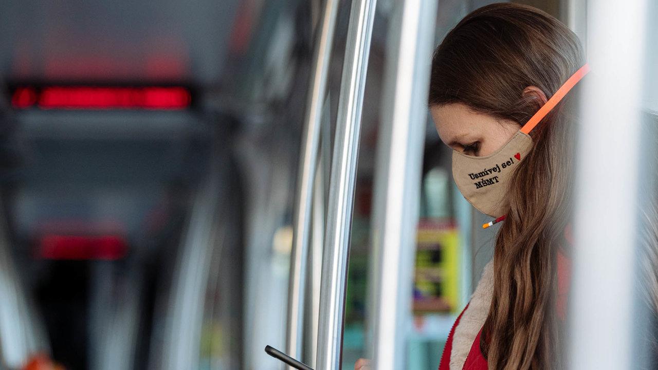Roušky v metru ještě povoleny nebudou.
