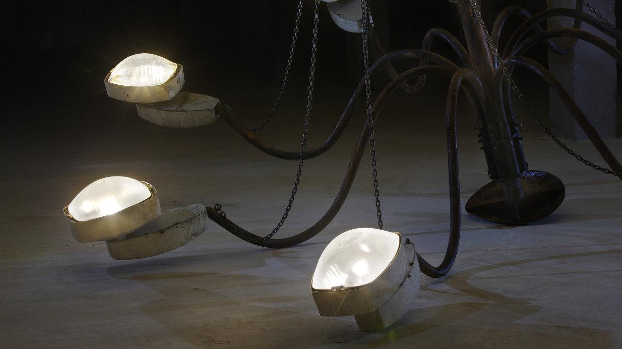 Fond Artefin už nakoupil několik děl, například objekt Krištofa Kintery nazvaný My Light is Your Light.