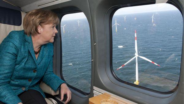 Německá kancléřka Merkelová si prohlíží výstavbu větrných parků v Baltském moři.
