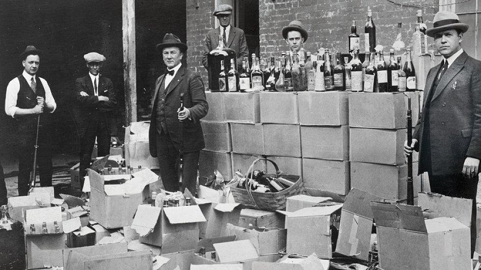 Američtí pašeráci s alkoholem ve dvacátých letech.