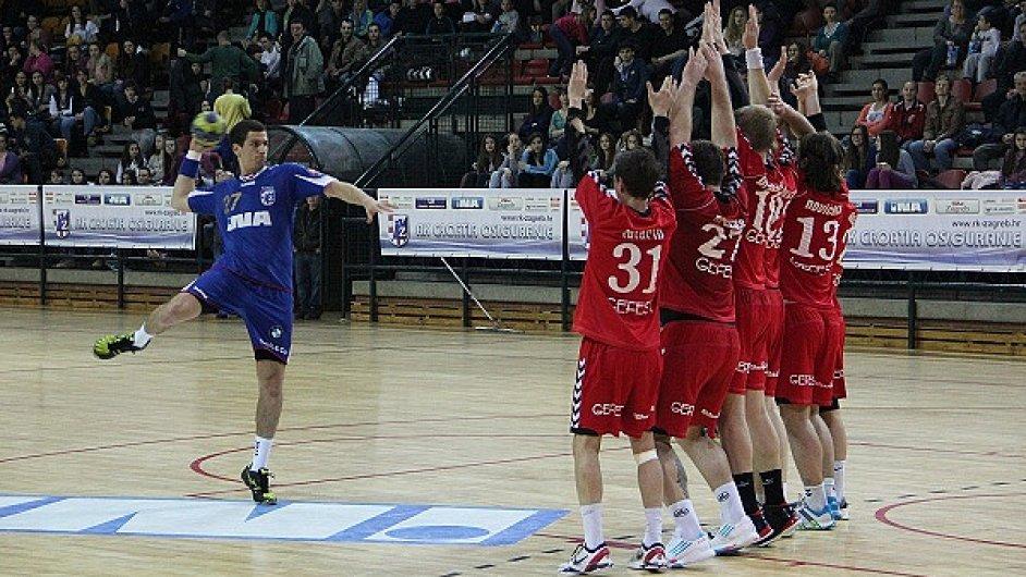 Momentka z play-off letošní sezony SEHA, u míče hráč pozdějšího mistra OC Záhřeb