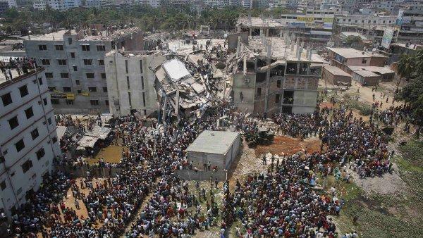 Davy lidí před zřícenou budou v Bangladéši. Uvnitř mohly být i 2000 lidí.