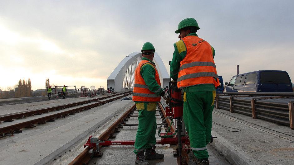 Stavba Trojského mostu, který je pokračováním tunelového komplexu Blanka