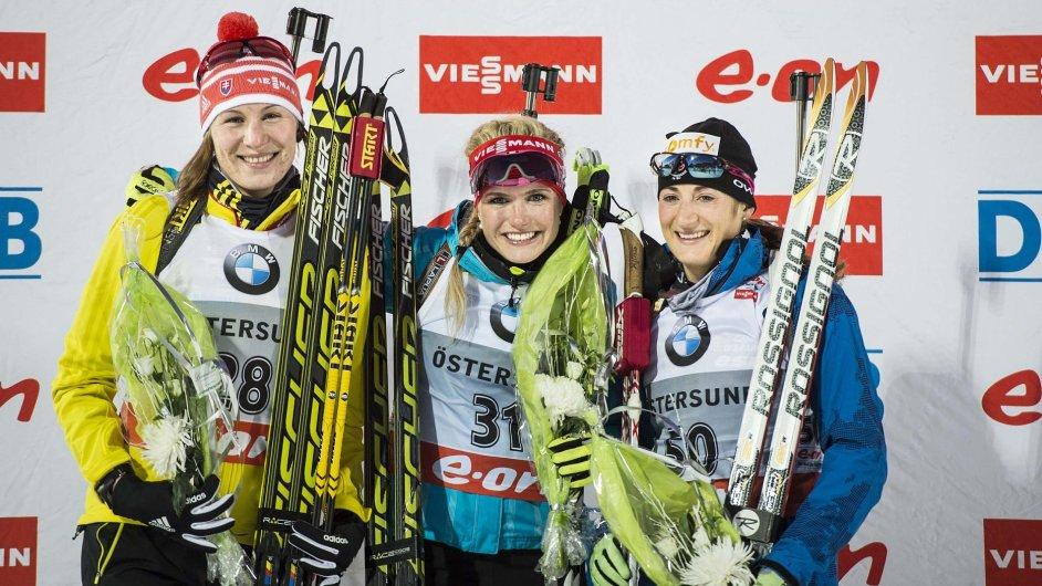 Vítězná Gabriela Soukalová (uprostřed), druhá Anastasia Kuzminová (vlevo) a třetí Marie-Laure Brunetová v Östersundu