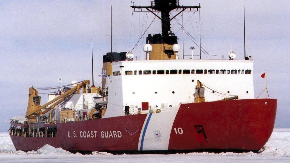Americký ledoborec Polární hvězda, který se vydal na záchranu zamrznutých plavidel