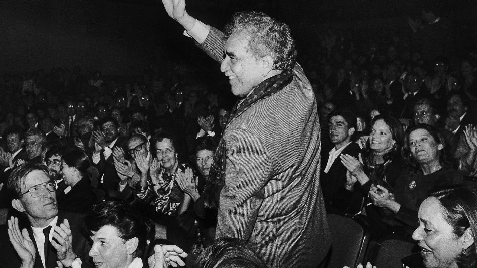 Gabriel García Márquez zdraví dav v divadle v kolumbijské Bogotě roku 1992.