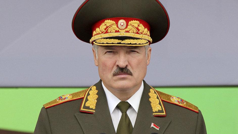 Běloruský prezident Alexandr Lukašenko na vojenské přehlídce