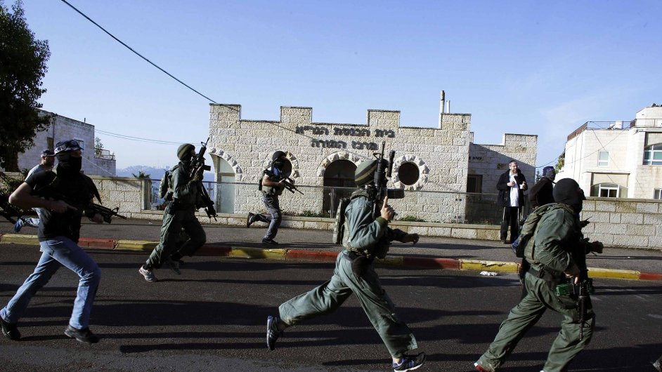 Izraelská bezpečnostní služba běží do synagogy v Jeruzalémě, kde se odehrál útok na věřící.