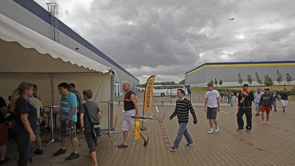 Už pošesté nabíral Amazon tento týden zaměstnance pro svoji pobočku ve středních Čechách. Desítky lidí se přišly ucházet o práci v jeho distribučním centru.