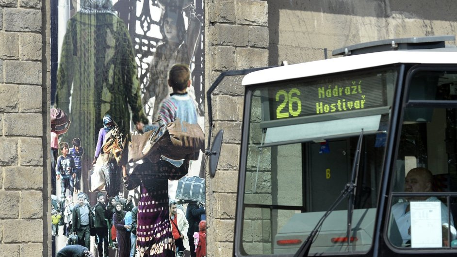 Snímky z výstavy Mandy Gehrtové na zdech pod Letenskými sady v Praze.
