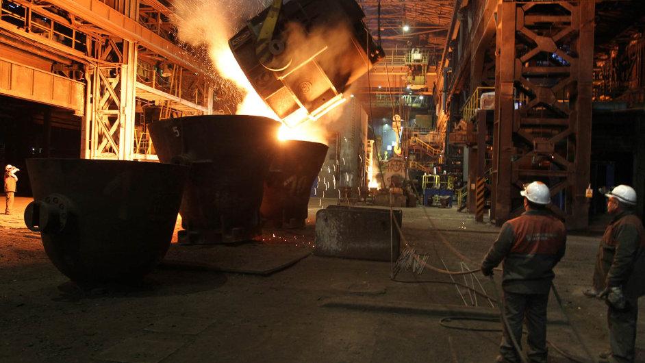 Dovozy oceli zČíny do Česka nejsou významné. Ostravská ocelárna skupiny ArcelorMittal (na snímku) tak podobné potíže jako provozy v západní Evropě nemá. Zatím.