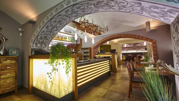 Sou��st� podniku rozlo�en�ho do�t�� pater je vegansk� bistro, vegetari�nsk� restaurace i�v�stavn� prostory s�konferen�n�m s�lem.